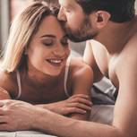 Dicke Männer sind besser im Bett: Paar kuschelt