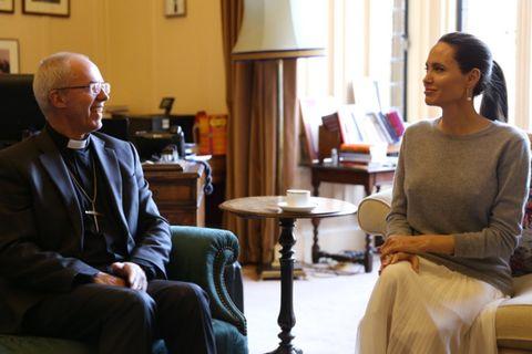 Shitstorm für Angelina Jolie: Ohne BH beim Erzbischof