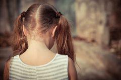 Kindesmisshandlung: Mädchen von hinten
