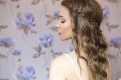 Abiballfrisuren: Geflochtene Strähne offenes Haar