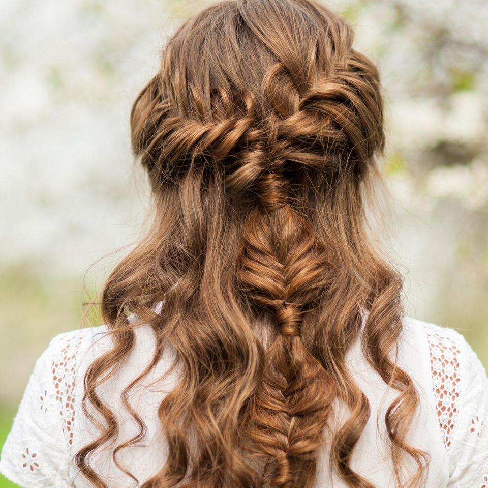 Abiballfrisuren: Offenes Haar mit geflochtenen Zopf