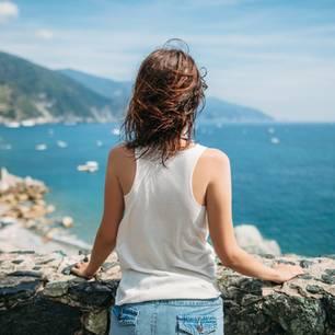 Wie verliebt man sich? Frau am Meer