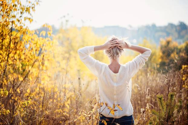 Gedanken loslassen: Frau in der Natur