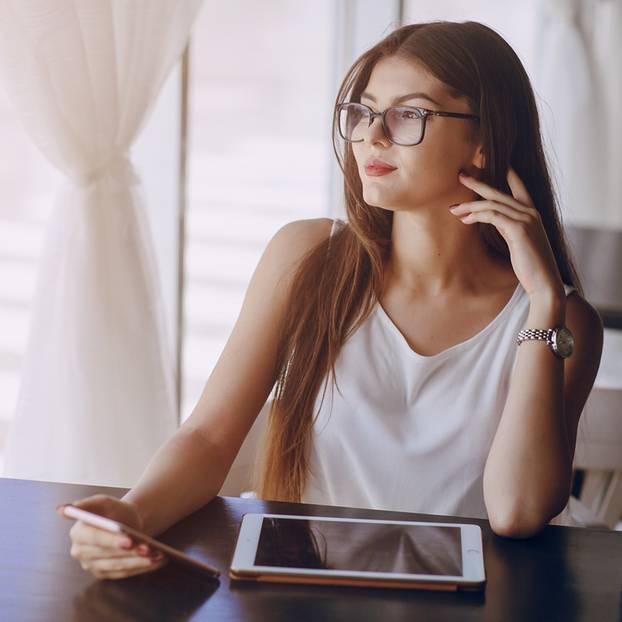 Loci-Methode: Frau am Schreibtisch