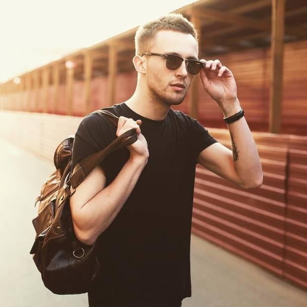 Rauchen und Trinken macht Männer attraktiv: Mann mit Sonnenbrille