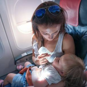 Mama und Baby im Flugzeug