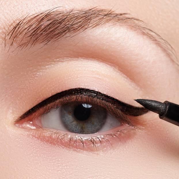 eyeliner richtig schminken und die augenform optisch ver ndern. Black Bedroom Furniture Sets. Home Design Ideas