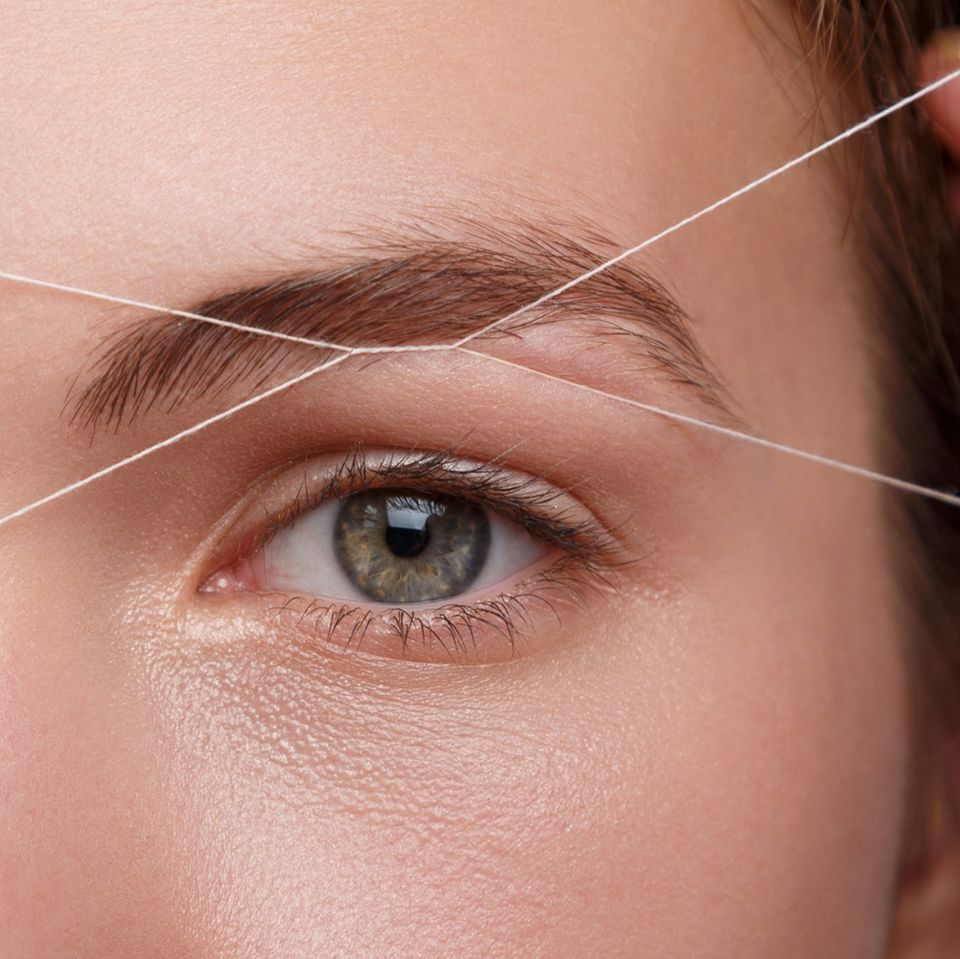 Selber fädeln – so bringst du deine Augenbrauen mit der Fadentechnik in Form