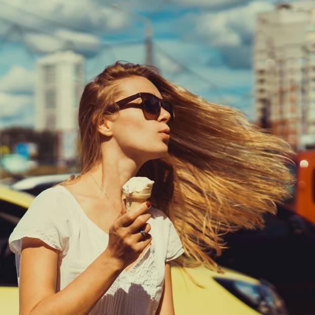 Frau isst Eis