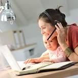 Mutter Baby am Computer