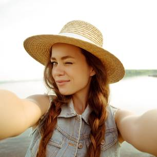 Attraktive Menschen sind beziehungsunfähig: Frau macht Selfie