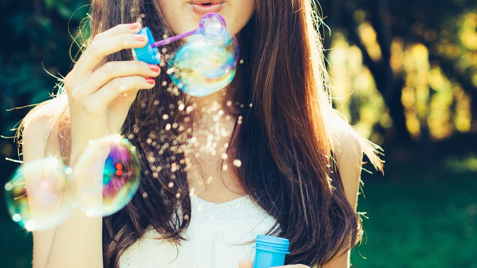 Wer im September geboren wird, ist am glücklichsten: Frau macht Seifenblasen