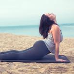 Plus-Size Frau macht Yoga