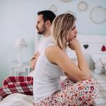 Probleme im Bett: Frau und Mann sind frustriert
