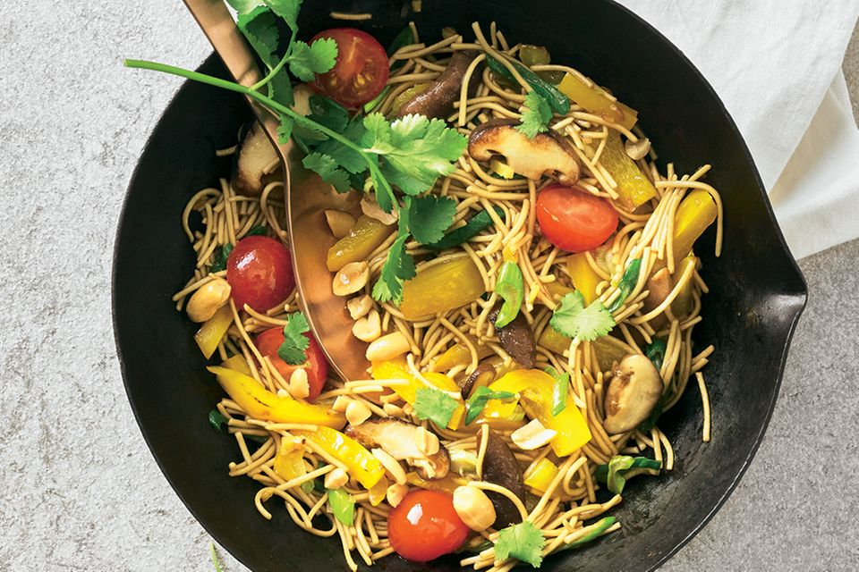 Wok-Nudeln mit Paprika und Erdnüssen
