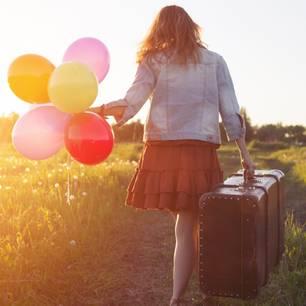 Träume verwirklichen – diese Hürden gibt es: Frau auf Reisen