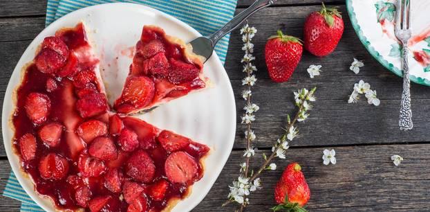 Erdbeerkuchen: Frischer Kuchen mit saftigen Früchten auf dem Tisch
