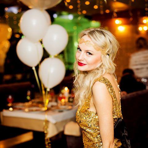 Partyfrisuren: Blonde Frau mit Partyfrisur
