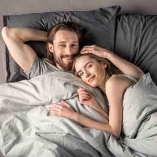 Afterglow nach Sex: Pärchen im Bett