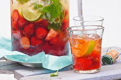 Erdbeerbowle: Bowle mit frischen Erdbeeren im Glas