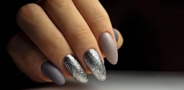 Simones Fingernägel sind 15 cm lang