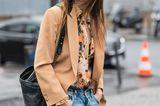Streetstyle: Caroline de Maigret trägt zu Jeans und Blazer ein weit aufgeknöpfte Bluse