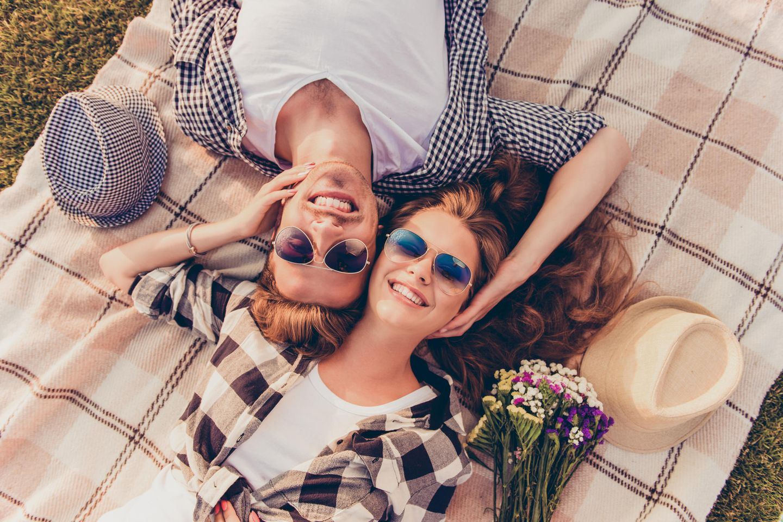 Beziehungsfehler, die du vermeiden solltest: Paar auf Wiese