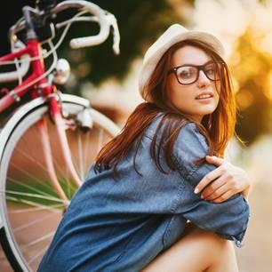 Hobbys, die die Intelligenz fördern: Frau mit Rad