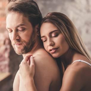Angewohnheiten, die die Liebe ersticken: Paar am Fenster