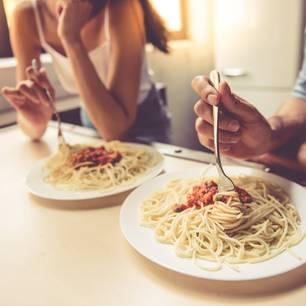 Intelligente Paare: Paar isst Nudeln