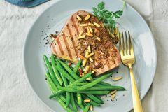 Thunfischsteaks mit Ahorn-Senf-Glasur und grünen Bohnen