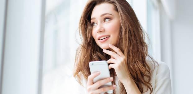 WhatsApp-Sätze: Frau mit Handy