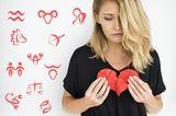 Mit Liebeskummer umgehen – so machen es die Sternzeichen: Frau mit Herz