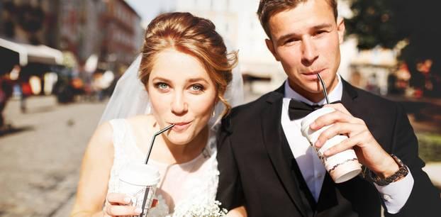 Brautpaar trinkt aus Pappbechern