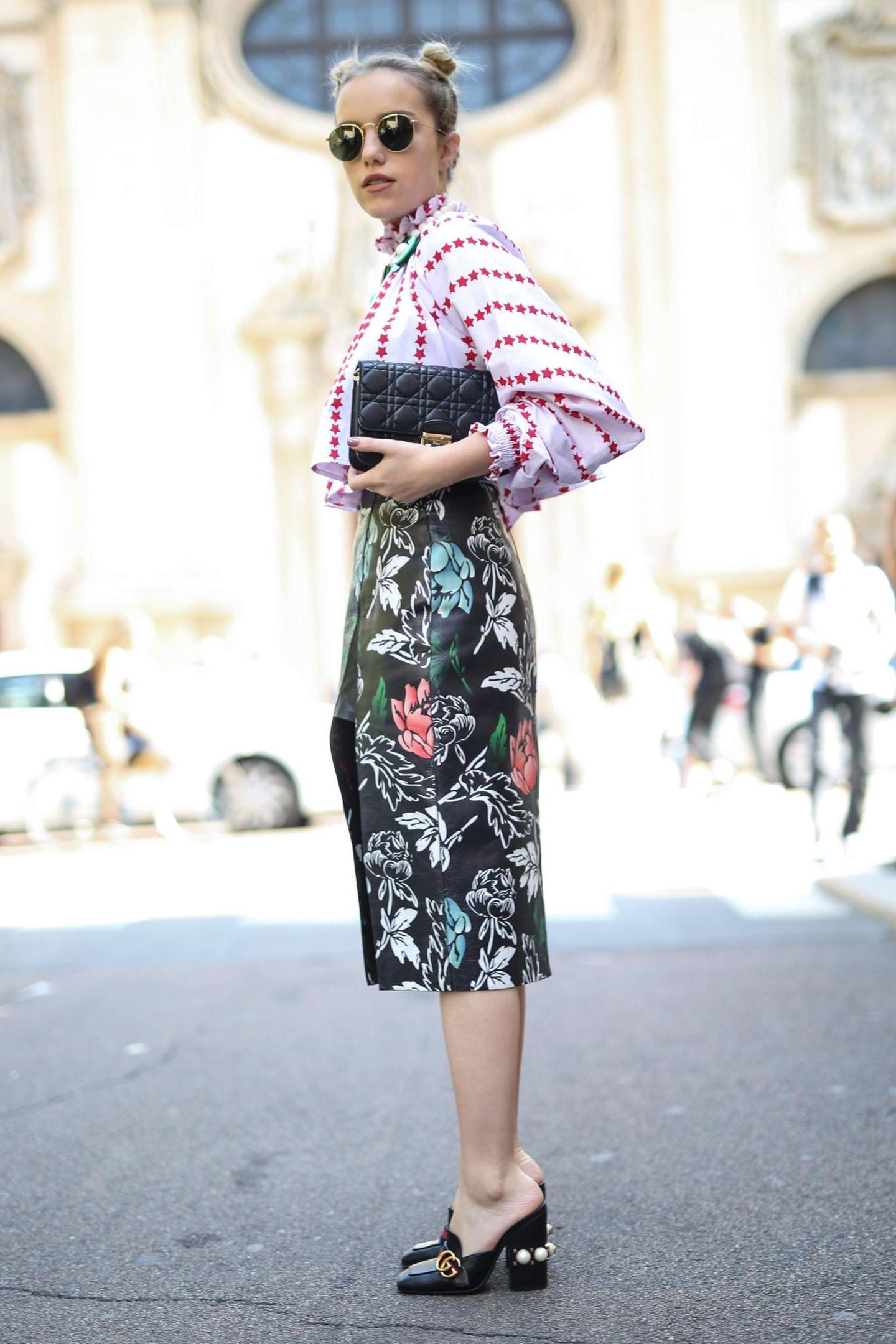 Frau mit gemustertem Outfit
