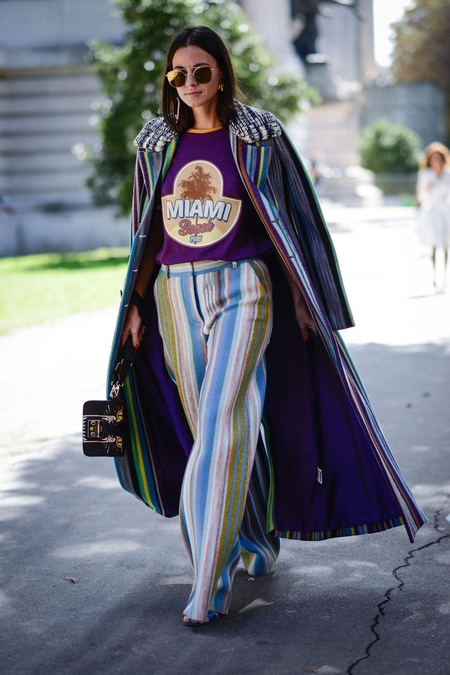 Frau mit buntem Outfit