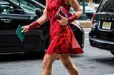 Frau mit rotem Kleid