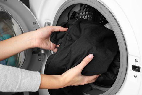 Dunkle Wäsche waschen: So bleicht sie nie mehr aus
