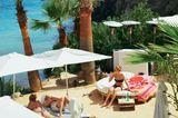 "Tagesbett mit Strandblick im ""Amante Beach Club"" an der ""Cala Sol D'em Serra"" im Osten."