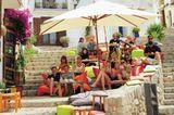 """In den engen, steilen Gassen der Altstadt von Eivissa wird jedes Plätzchen kreativ genutzt, wie hier vom Café """"S'Escalinata""""."""