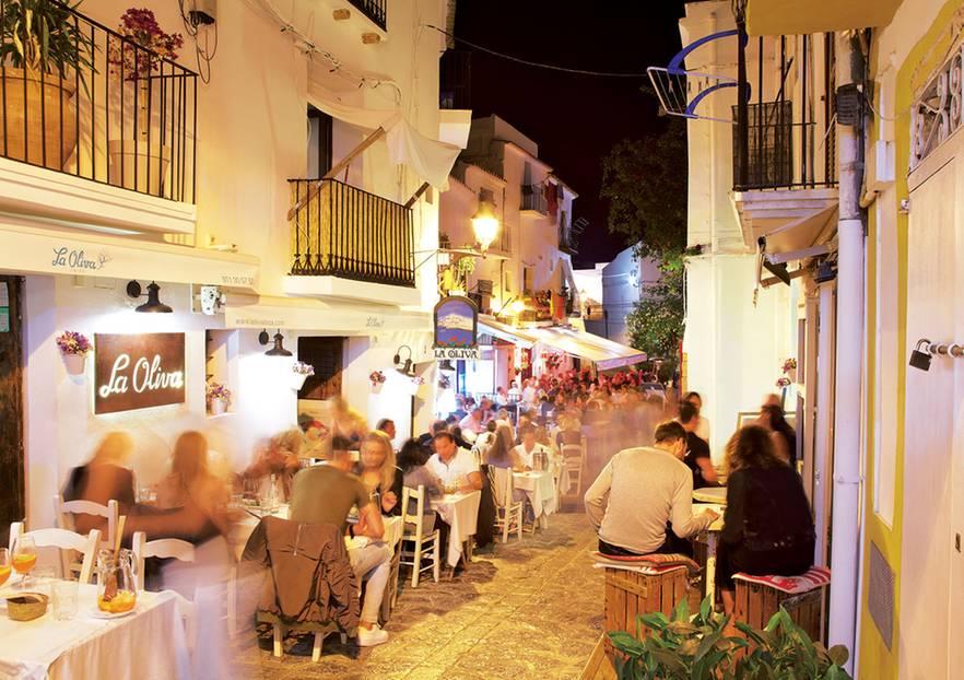 """Das """"La Oliva"""" liegt hinter der Zugbrücke im Eivissa."""