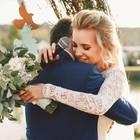 Hochzeitsrede: Brautpaar umarmt sich