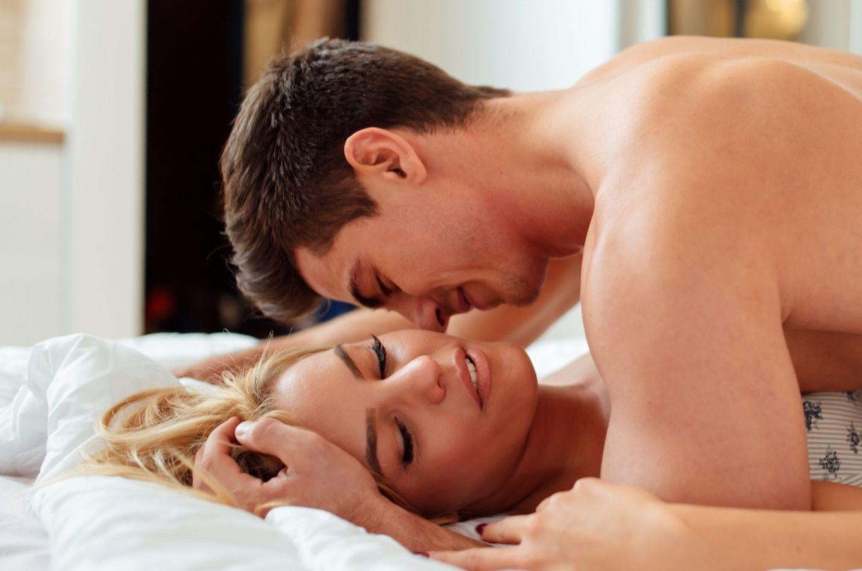 Elefanten-Stellung: Paar im Bett