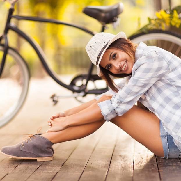 Entspannender als Urlaub: Frau sitzt vor Fahrrad