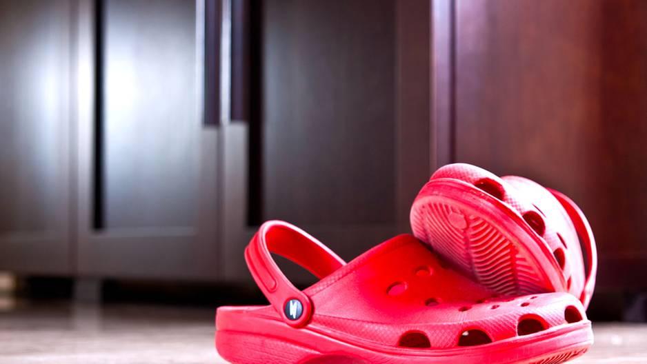 Vorsicht: So schädlich sind Crocs für deine Füße!