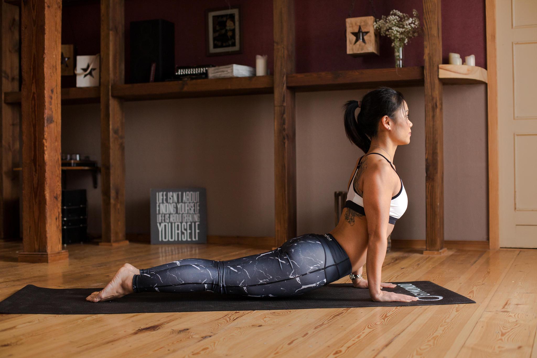 Nun senke mit der Ausatmung den Körper als eine Einheit Richtung Boden, bis die Ellbogen im rechten Winkel gebeugt sind. Deine Arme hältst du in der Beugung eng am Körper, den Nacken lang und die Schultern zurückgezogen. Um das Absenken des Körpers zu vereinfachen, können Einsteiger hier die Knie am Boden lassen. Lege den Körper vollständig ab und entspanne deine Füße. Wichtig ist, den Körper in der Bewegung mit aktiver Bauch-, und Rückenmuskulatur vollständig zu stabilisieren. Diese Übung trainiert die gesamte Muskulatur deines Oberkörpers, insbesondere deine Bauchmuskulatur.