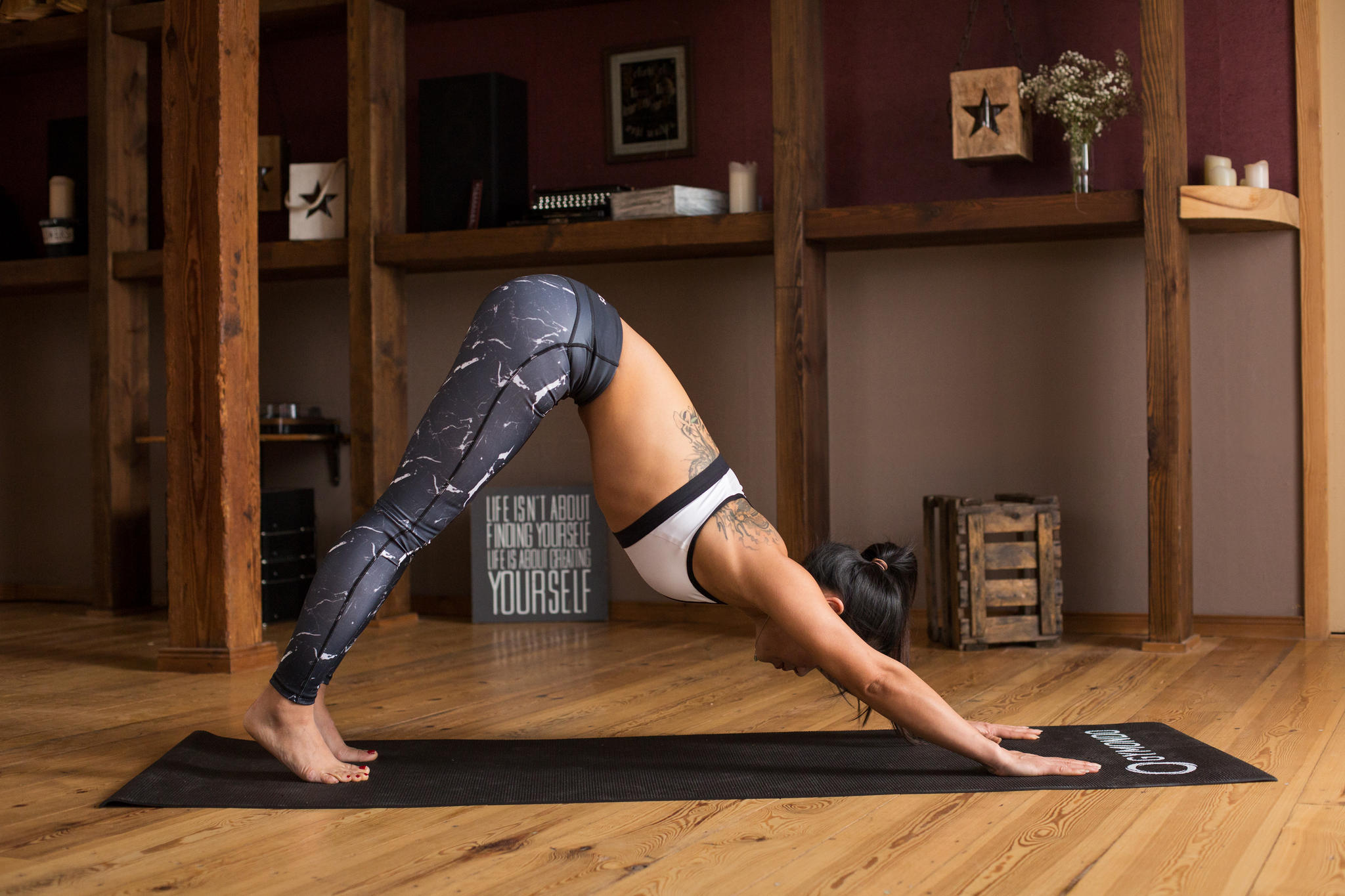 Mit der nächsten Ausatmung stellst du den zweiten Fuß nach hinten und schiebst dann die Hüfte hoch und zurück. Deine Hände bleiben dabei schulterweit aufgesetzt, die Finger gespreizt. Halte die Arme gestreckt, während du dich mit beiden Händen aktiv zurückdrückst. Dein Rücken ist lang und gerade und bildet nun mit deinen Armen eine Linie. Halte den Nacken bewusst entspannt, den Kopf locker und ziehe die Schultern von den Ohren weg. Deine Beine können leicht gebeugt bleiben. Bei guter Flexibilität der Beinrückseiten kannst du die Beine auch strecken. Deine Füße bleiben hüftbreit aufgestellt, die Fersen drücken Richtung Boden. Reicht die Beweglichkeit der Waden noch nicht aus können die Fersen auch angehoben bleiben – der Haupt Fokus liegt auf einem geraden Rücken.