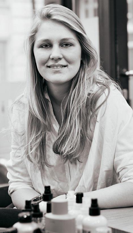 """Lola Stegen, 25, Start-up-Unternehmerin aus Hamburg. Viel Haar, dickes Haar, leichte Naturwelle: Klingt gut, aber (noch) tut das alles nichts für Lola, die mit Freunden alternative """"Bulli""""- Stadttouren anbietet (www. waterkant-touren.de). Im Gegenteil: Die Frisur lässt sie viel konventioneller wirken, als sie ist – """"und es sieht sehr langweilig aus. Ich hätte es gern spannender."""""""