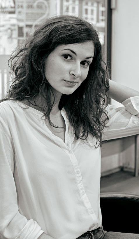 """Nadia Ouaz, 27, Deutschlehrerin für Ausländer aus Berlin. Ihre feinen langen Wellen waren ein Jungmädchentraum, doch heute fühlt sich Nadia damit oft fast so, als trüge sie eine Tarnkappe. """"Ich bin erwachsen, lebe mein Leben, aber mit meinen Haaren bin ich immer noch die alte. Ich hatte schon länger das Gefühl, sie müssten endlich ab"""", sagt sie. Und dass sie froh wäre, wenn ihre neue Friseur auch noch leichter zu stylen wäre."""
