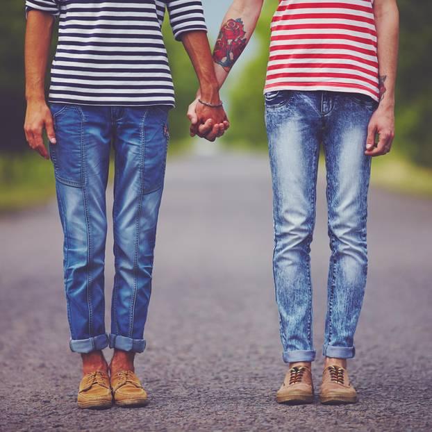 Alternativen für die Paartherapie: Paar hält Händchen
